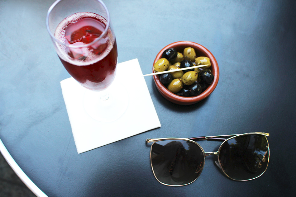 Having Drinks on Champs-Élysées - Pic 3
